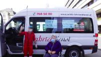Solidarischer Arbeiter beim Krankentransport