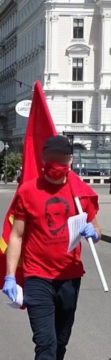 Aktivist beim Flublatt verteilen